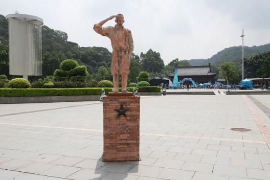 戴耘,《致敬》,旗峰山公园展览现场