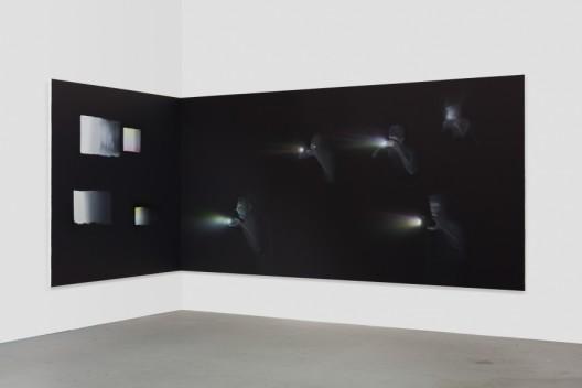 Tala Madani,Corner Projection with Squares, 2018. © Tala Madani, courtesy 303 Gallery, New York.塔拉·马达尼,《方块角落投影》,2018,图片由塔拉·马达尼和纽约303画廊提供
