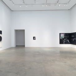 Installation view, Tala Madani:Corner Projectionsat 303 Gallery, New York, 2018.塔拉·马达尼:《角落投影》展览现场,纽约303画廊,2018