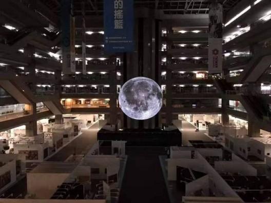 卢克·杰伦的《月之博物馆》
