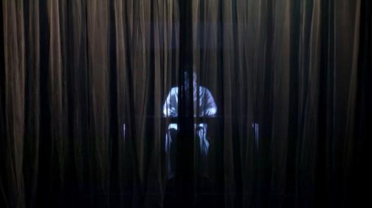 《神秘莱特》 The Mysterious Lai Teck 何子彦 Ho Tzu Nyen 2018 摄影: 安佳·博伊特勒 Photo: Anja Beutler ©何子彦 ©Ho Tzu Nyen 图片由艺术家提供 Courtesy: the artist