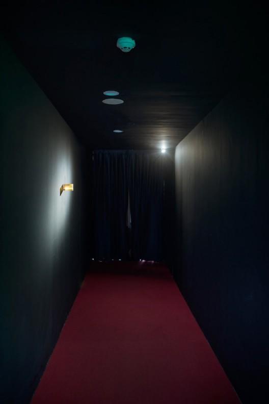 覃小诗,《海角》(Hoi Kok, 2018),装置(磁带盒、LED灯、胶片数码打印),2018,©时代美术馆