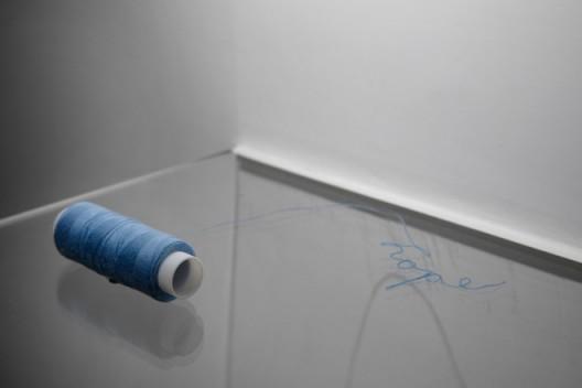 关尚志,《一线希望》(A Thread of Hope, 2009),装置、线、胶水,2009,©时代美术馆