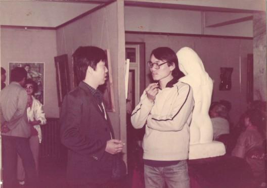 """郭雅希与友人交谈,""""鸣社•人体艺术展"""",1988年"""