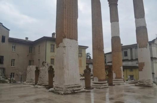 展示在古罗马神殿遗址中的米莫·帕拉迪诺作品