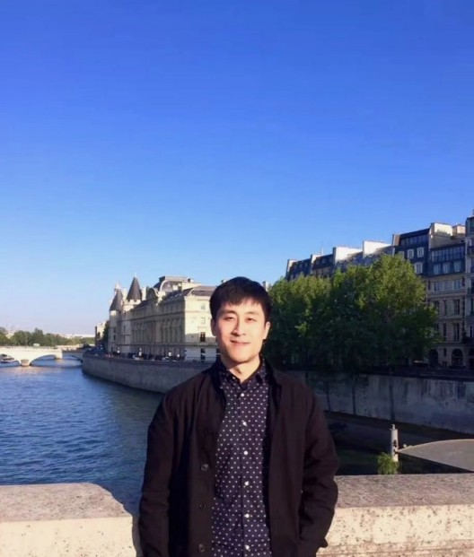 高远,艺术史学者,策展人,任教于北京工业大学艺术设计学院(梁舒涵拍摄,2017,巴黎)