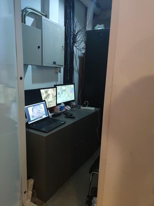 葛宇路:《对视》视频装置,展示在美术馆监控室中